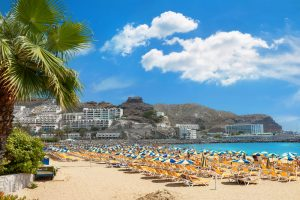 Strand in de stad Puerto Rico op Gran Canaria